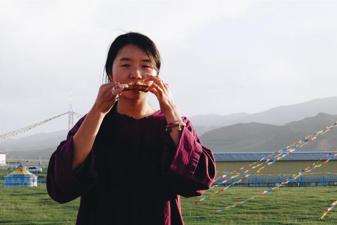 Девушка ест бараньи ребрышки во Внутренней Монголии