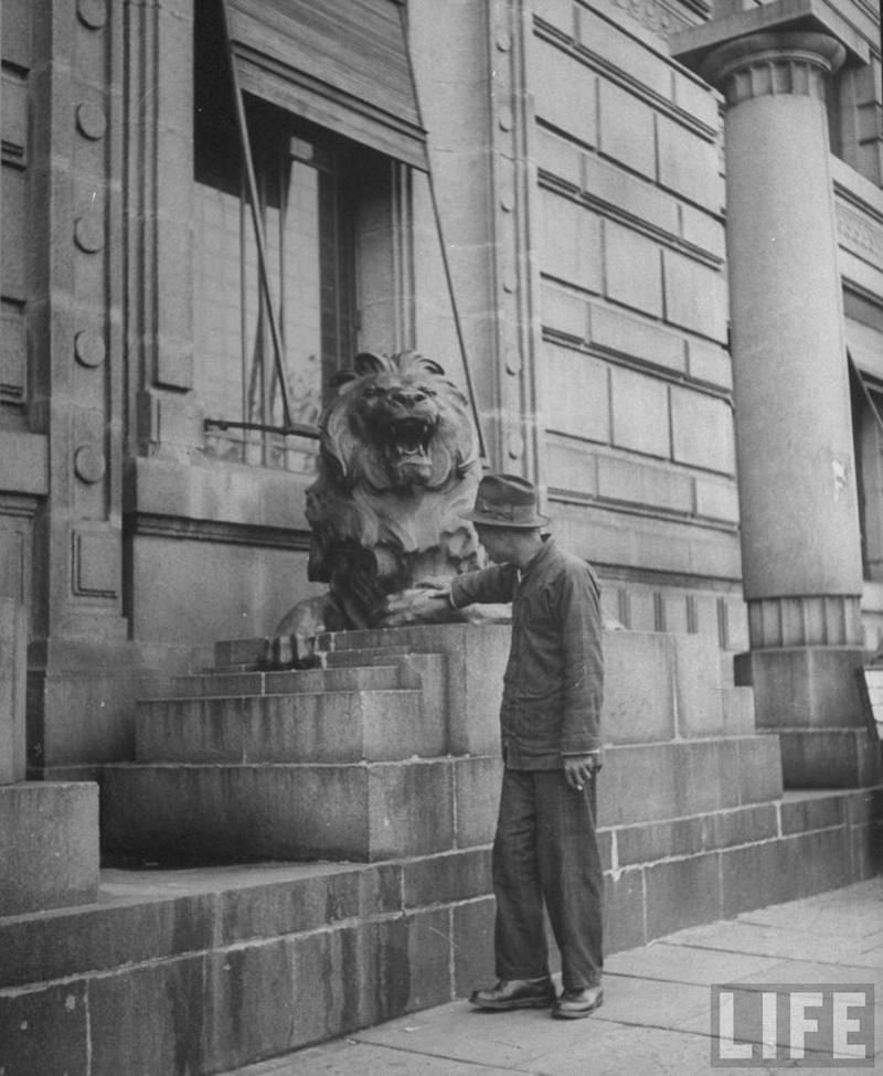 hsbc-man-touching-paw-of-lion-for-luck-1945-photorgapher-george-lacks-life
