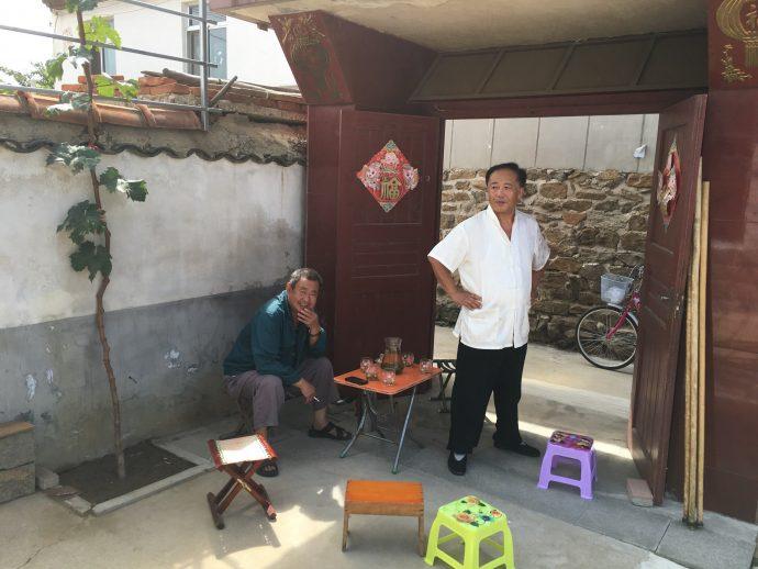 Глава системы лухэгунь из деревни Наньтушань мастер Фан Шужэнь с мастером Юй Цинхуэй у входа в свою школу фехтования.