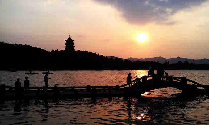 Озера Сиху и пагода Лэйфэн. Источник: guidewetravel.com