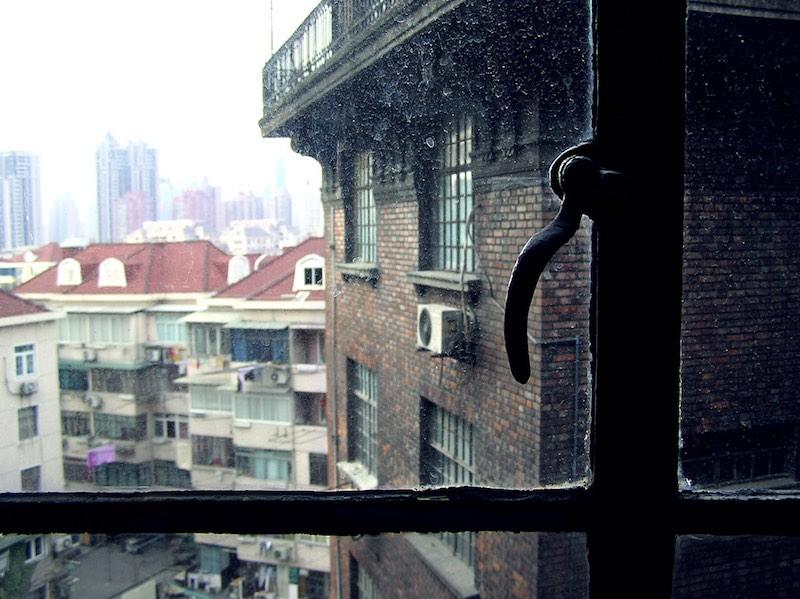 normandie-window-in-the-exterior-hallway