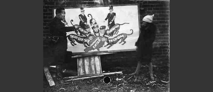 Лянь-Кунь возле плаката, посвященного конфликту на КВЖД, 1929. Источник: неизвестен