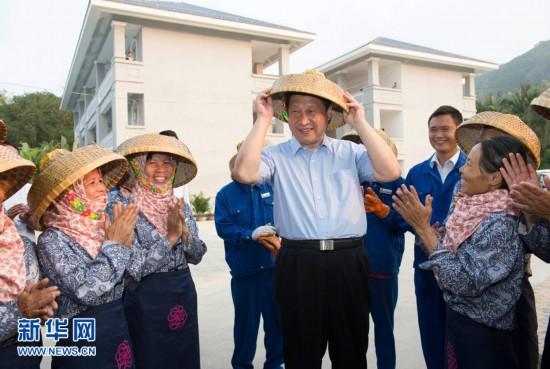 Си Цзиньпин позирует с работницами розовых полей на Хайнане