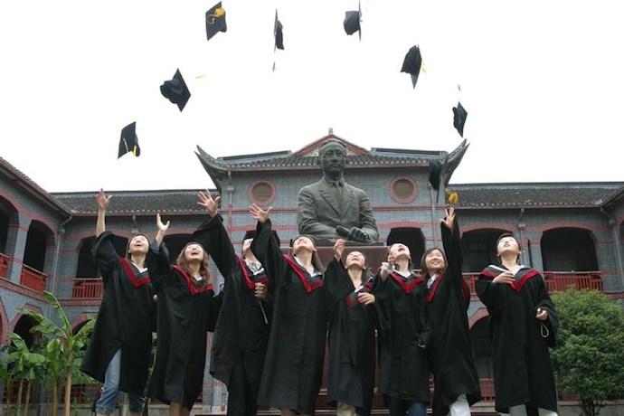 Выпускники на фоне памятника Сунь Ятсену.