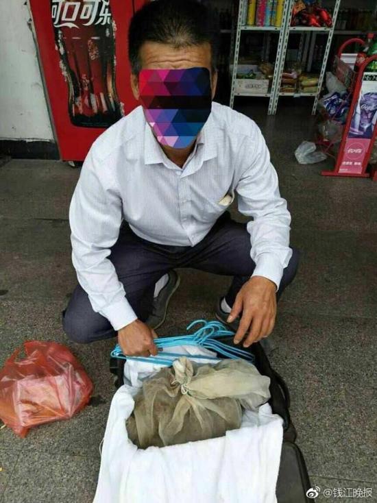 Китаец пытался провезти 50 змей в чемодане на поезде
