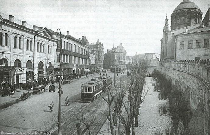 Трамвайный поезд спускается к Театральной площади