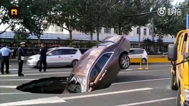 Rolls-Royce Phantom за 5 млн юаней провалился под асфальт