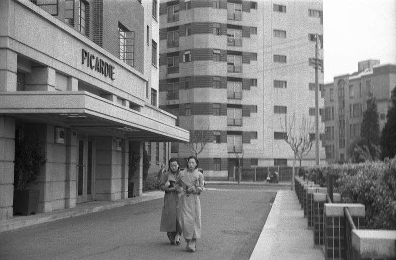 """Крыльцо здания """"Пикарди"""" и две прогуливающиеся дамы. Источник: American Geographical Society Collection"""