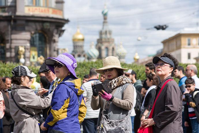 Китайские туристы в поисках путинских мест