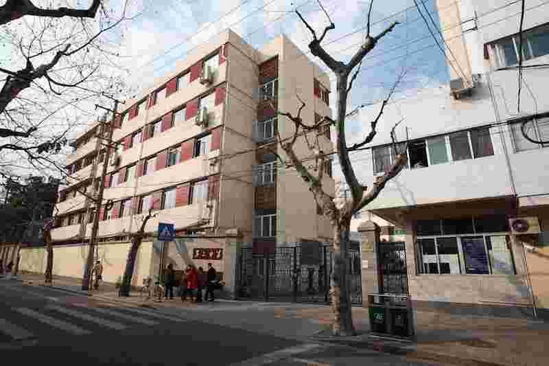 Современное дополнительное здание школы перед старым. Источник: xuhui.gov.cn