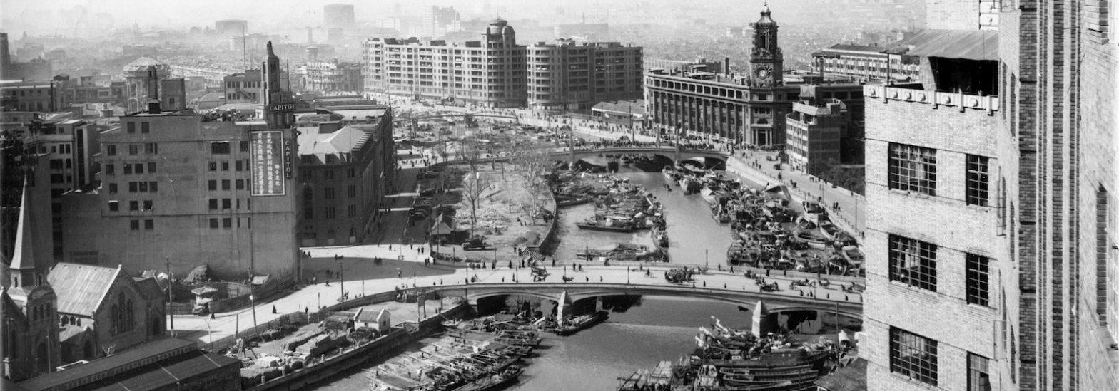 Вид на речку Сучжоу и кинотеатр (слева) d 1940-е годы. Источник: flickr Cities in Old Days