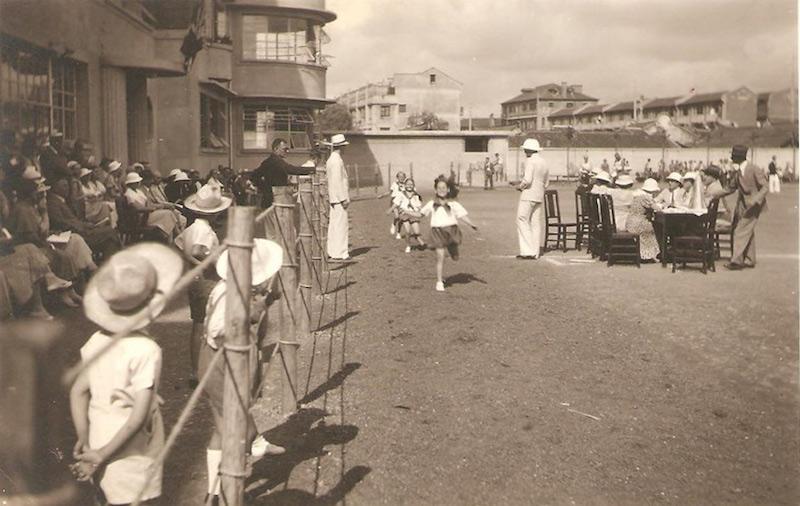 Забег девочек на площадке перед школой.Источник: delcampe.net