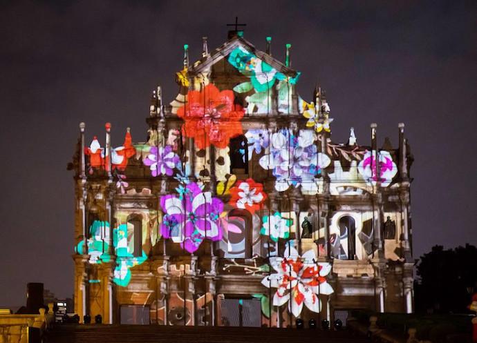 Фестиваль света позволяет по-новому вглянуть на визитную карточку Макао - собор Святого Павла. Источник: Zhang Jinjia / Xinhua