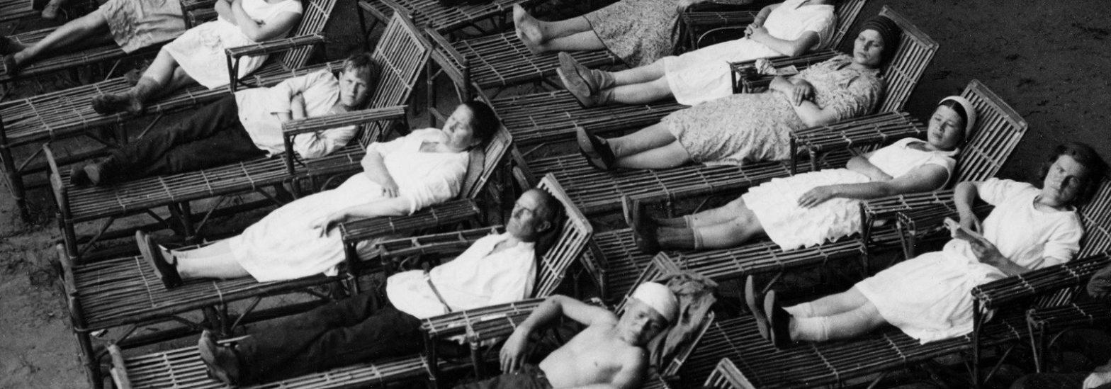 """для заглавной иллюстрации использовано фото отдыхающихна террасе в Центральном парке культуры и отдыха в 1931 году. Источник: агентство """"Союзфото"""""""