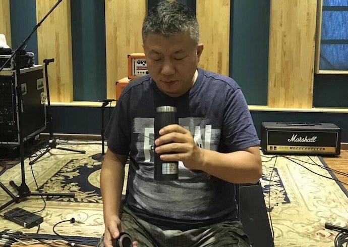 Чжан Минъи со своей кружкой-термосом. Источник: 房途网
