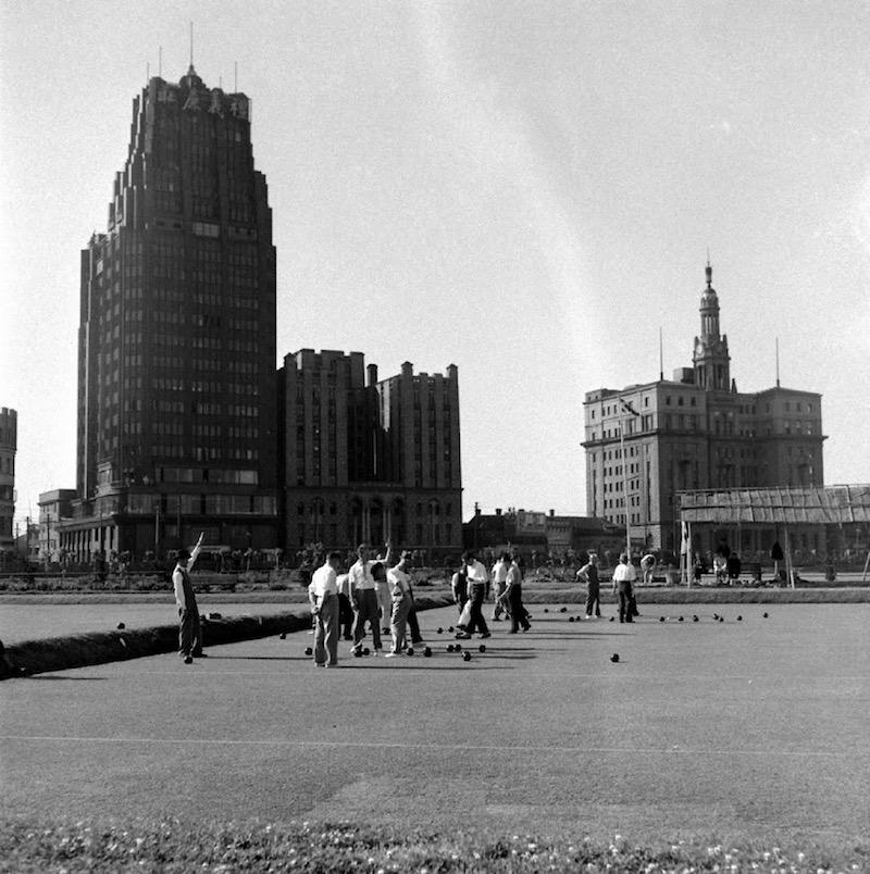 Игра на спортивном поле ипподрома в 1949 году. Источник: Jack Birns / Life