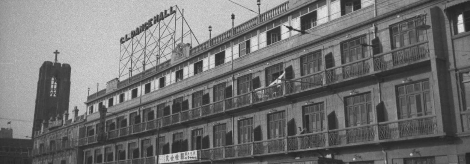 Кабаре-ресторан на кромке ипподрома, за ним квартал красных фонарей, слева церковь Мура (c) Harrison Forman, American Georgraphic Society Collection