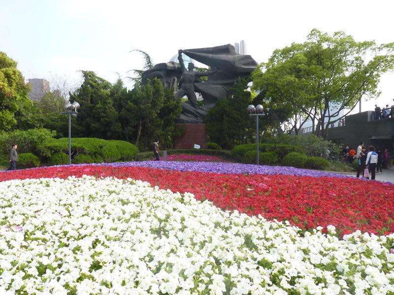 Монумент у входа в парк. Источник: flickr Yuhong Chen