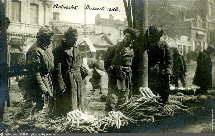 Продавцы крабов во Владивостоке в 1918-1920. Источник: ok.ru