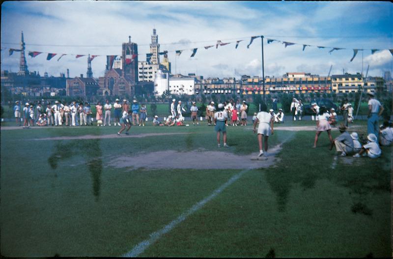 Спортивное состязания на ипподроме в 1946 году; вдали слева видна церковь Мура. Источник: virtualshanghai.net