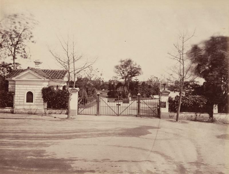 Вход с табличкой в 1880-е годы. Источник: Harvard Libraries