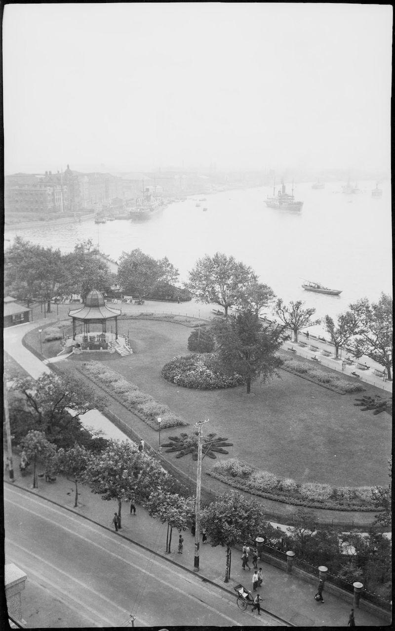 Вид на Общественный сад с высокого этажа здания на Банде. Источник: Stanley O. Gregory