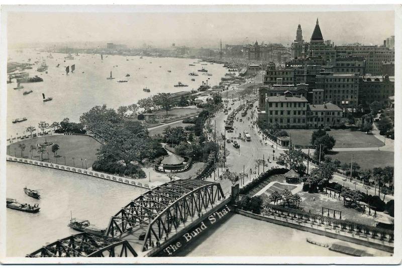 """Вид на мост """"Гарден-бридж"""" и на Общественный сад (слева). Источник: René Antoine Nus virtualshanghai.net"""