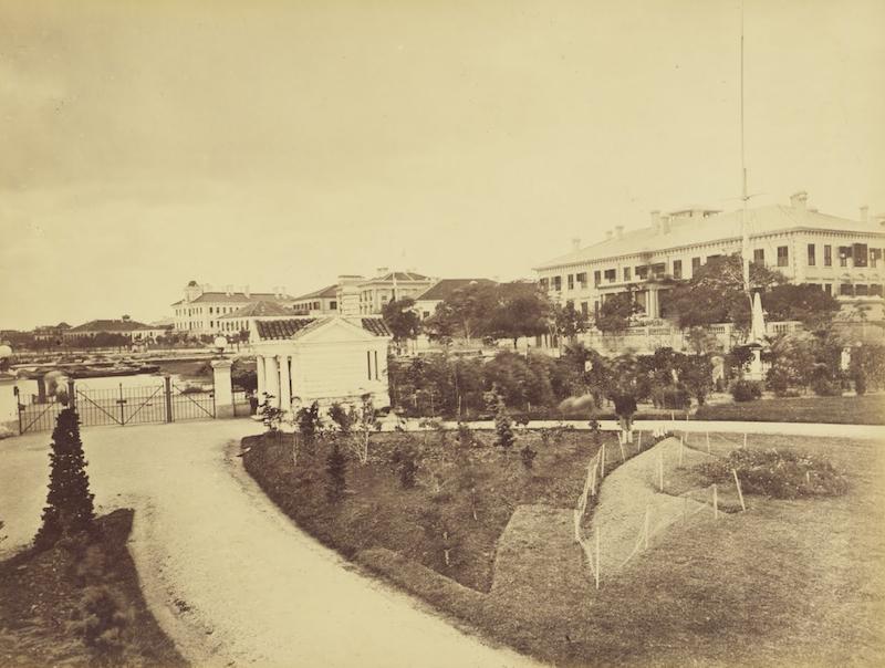 Вид в 1870-е годы изнутри сада в сторону конторы Jardine Matheson & Co. Источник: John Thomson
