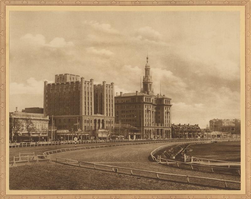 """Здание ХСМЛ и """"Чайна Юнайтед"""" до постройки Парк-отеля. Источник: Shanghai Of To-Day (1928)"""