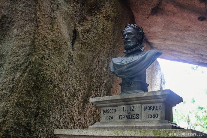 «Слияние в объятьях» - парк и гроты Луиша де Камоэнса. Источник: The Poor Traveler