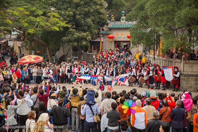 Выступления на площади перед храмом А-ма. Источник: