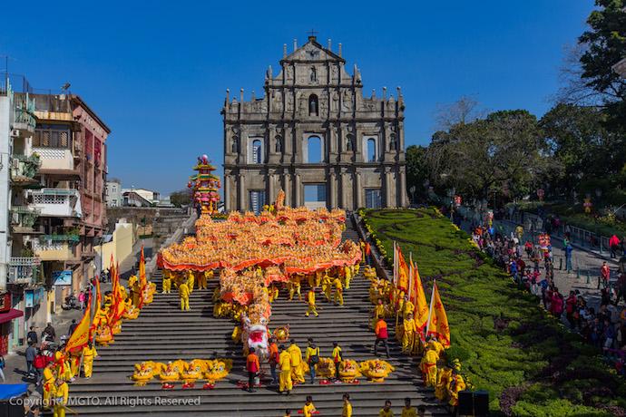 Танцующий дракон на лестнице перед фасадом собора Святого Павла. Источник: