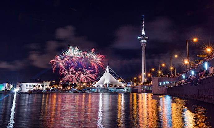 Лучше всего фейерверк виден с берега под самой башней Макао. Источник: macaotourism.gov.mo