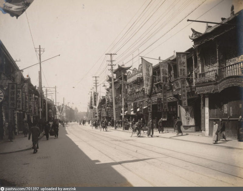 Нанкинская улица в 1917. Источник: virtualshanghai.net/Photos/Images?ID=25281