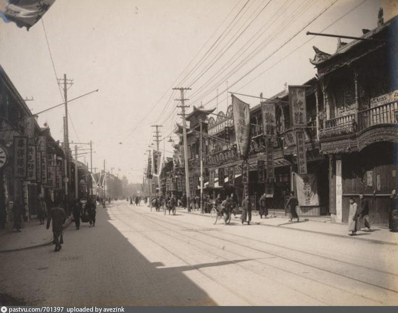 Нанкинская улица в 1917. Источник: virtualshanghai.net/Photos/Images?ID=25281