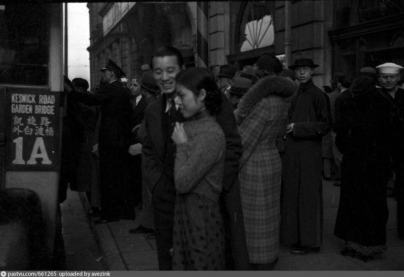 """Нарядная толпа у входа в отель """"Палас"""" В 1937-1940. Источник: University of Wisconsin / Harrison Forman"""
