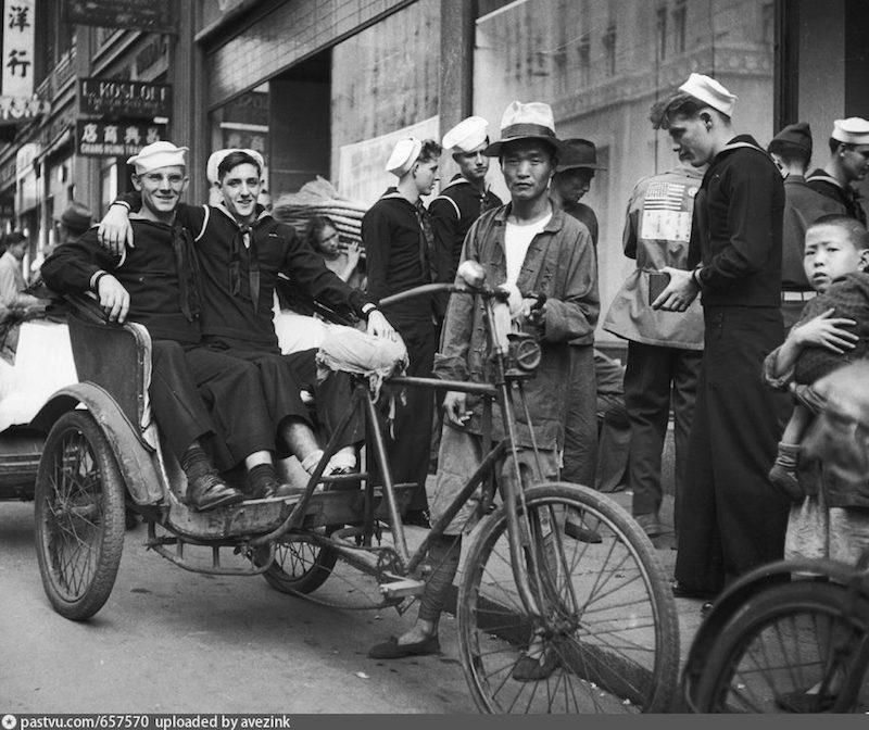 Моряки в рикше на Нанкинской в 1945. Источник: Google Arts & Culture / George Lacks