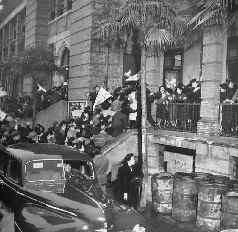 Демонстрация платных танцовщиц в 1948 году, во время которой они ворвались в здание бывшего Французского совета. Источник: Jack Birns, LIFE