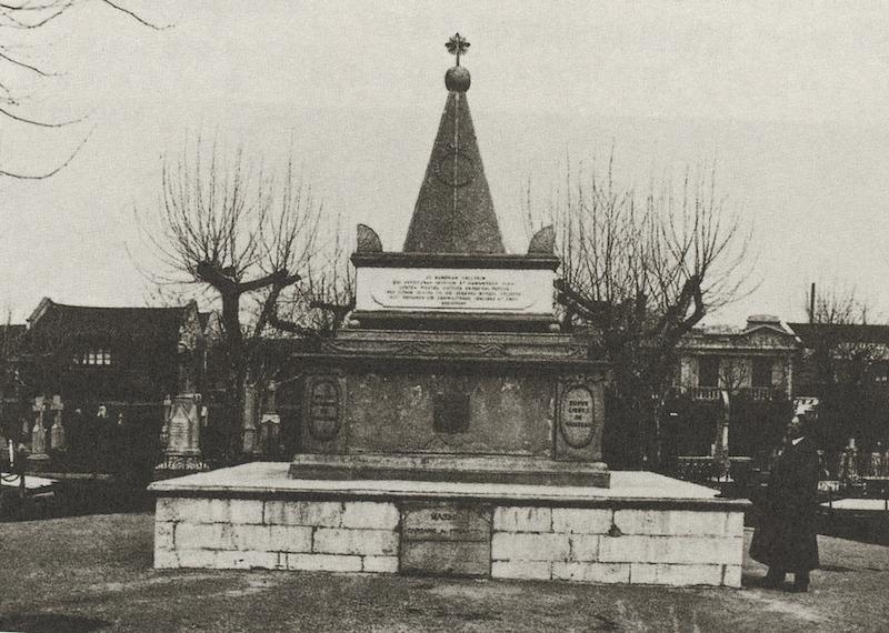 Французский памятник павшим солдатам, снят в 1910-е годы. Источник: Maybon-Histoire de Concession Francaise