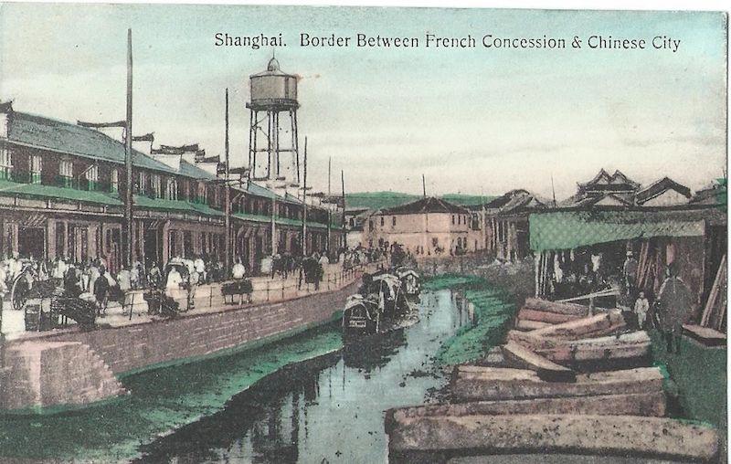 Открытка с канавой между Французской концессией и китайской территорией. Источник: flickr Cities in Old Days
