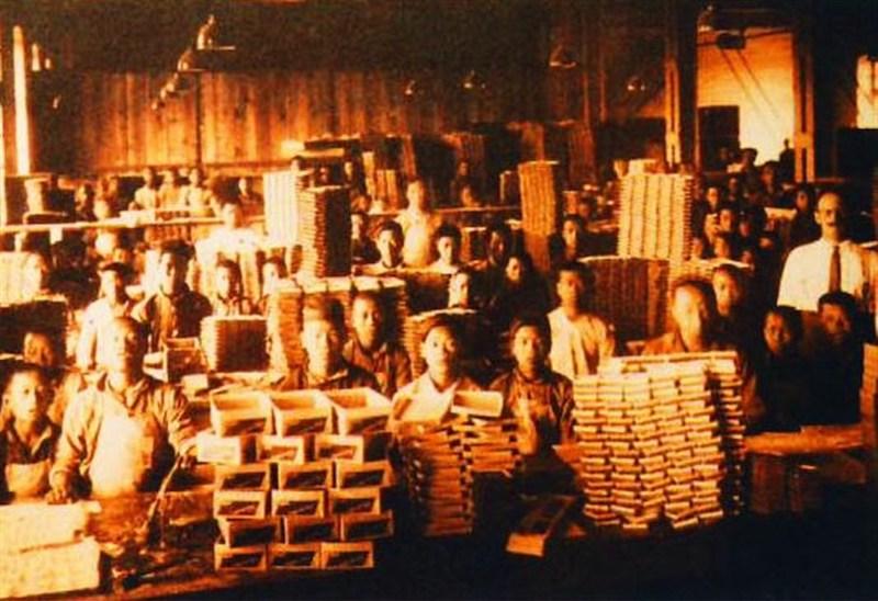 Рабочие сигаретной фабрики. Источник: shine.cn