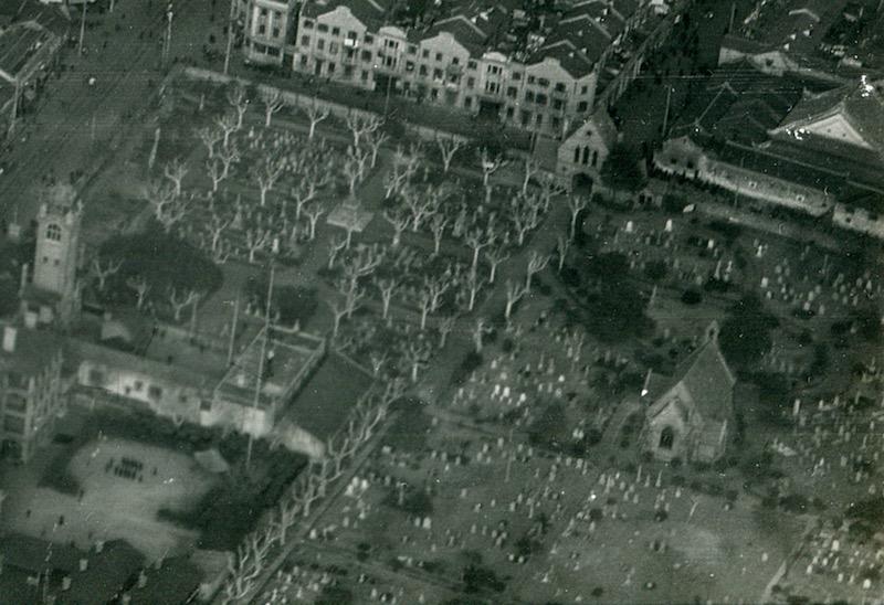 Вид на кладбище с высоты в 1946 году; видна погребальная часовня. Источник: Google Cultural Institute