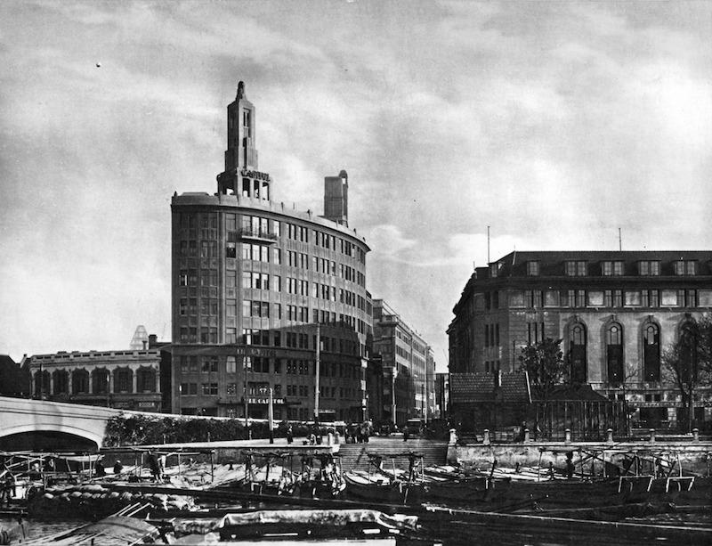 Здание Британско-Американской табачной компани в 1928 году (справа). Источник: Shanghai of To-Day