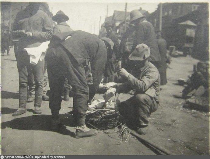 Продавец камбалы в 1918. Источник: newauction.ru