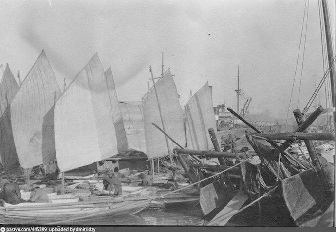Лодки-шампуньки у городской пристани в 1919. Источник: