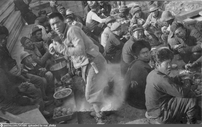 Бригада китайских строителей на обеде в 1919. Источник: М. Хаскелл