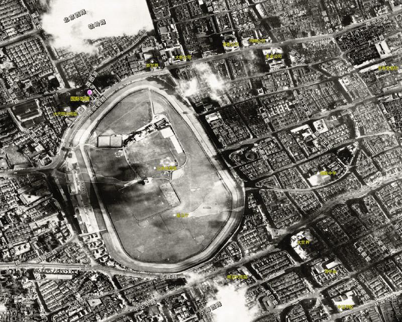 Аэрофотосъемка рейскорса в 1948 году; справа видны очертания старого ипподрома, ставшие улицей Beihai Road