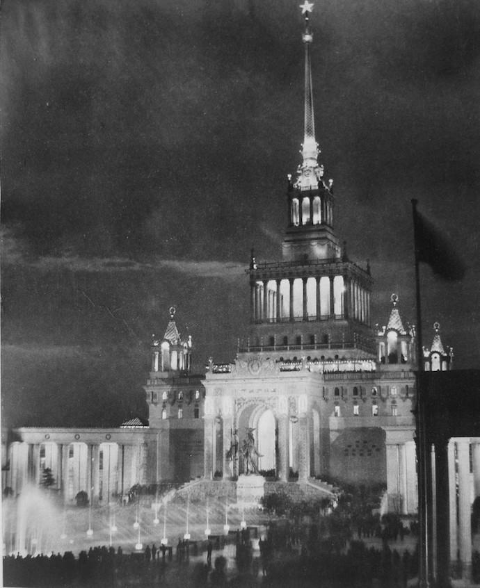 Ночной вид дворца в 1957 году. Источник: 360doc.com
