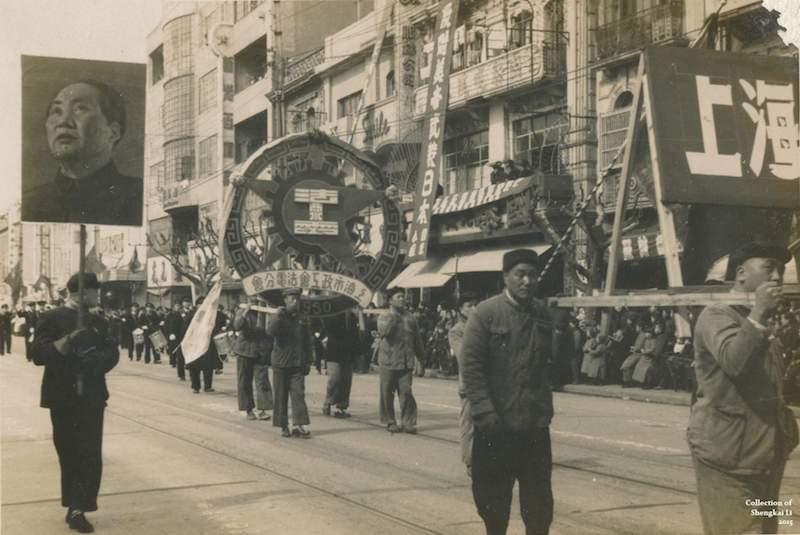 Парад вдоль бывшей авеню Жоффр в 1950 году, справа от портрета Мао виден фасад Жоффр Аркэйд. Источник: Li Shengkai