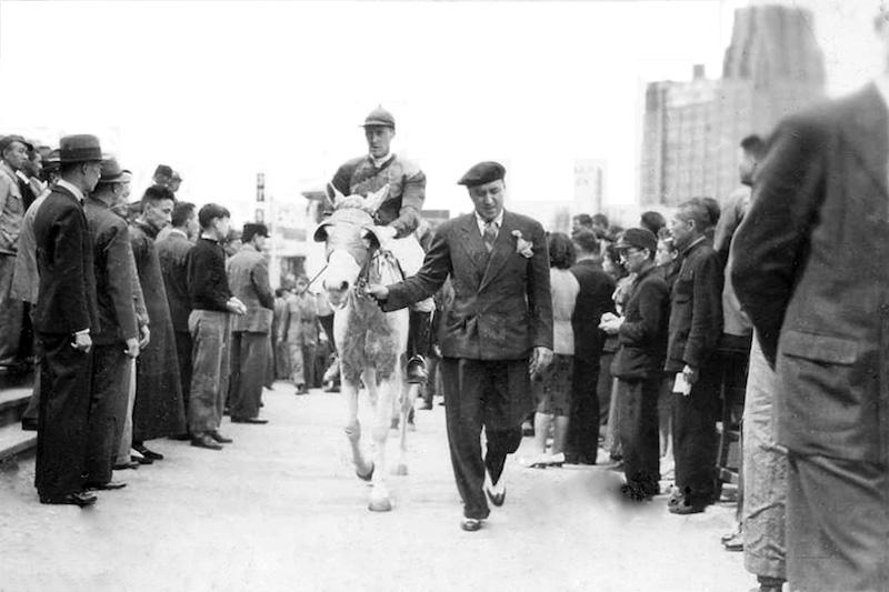 Проход выигравшего скакуна в 1940-е годы. Источник: flickr Fin de Siecle